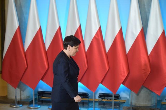 Według Super Expressu, nagrodę 61 tys. zł,  którą sama sobie przyznała, oddała także była premier Beata Szydło.