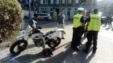 Wypadek na Wyszyńskiego. Motocyklista jest ranny [ZDJĘCIA]