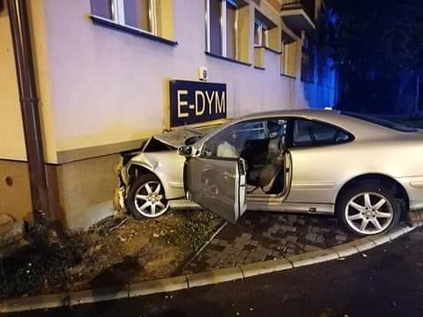 Kierowca mercedesa wjechał w blok przy ulicy Wierzbowej. Uszkodził wejście do sklepu E-dym