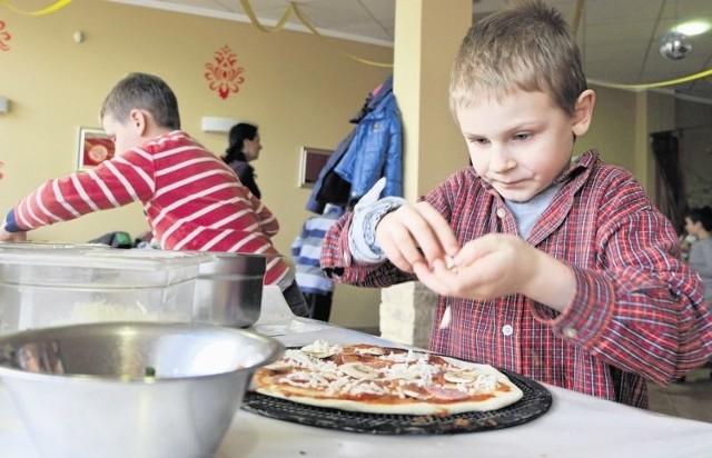Na ciasto poukładałem pieczarki, ser, szynkę  - mówił przejęty Miłosz Guzik, uczeń klasy pierwszej w SP w Sobolewie. We wtorek z innymi  dziećmi przygotowywał ją podczas zajęć kulinarnych.