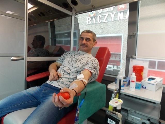 """Strażacy z OSP Byczyna zorganizowali akcję pod hasłem """"Zostań ratownikiem życia - oddaj krew""""."""