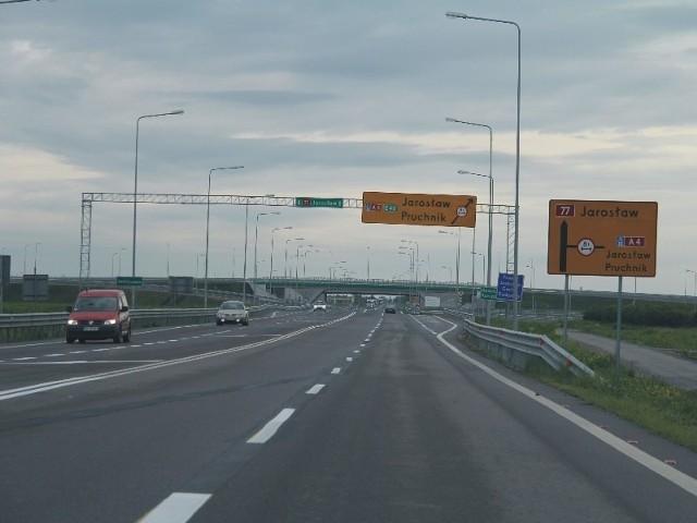 18 km odcinek autostrady zaczyna się węzłem Przemyśl, ok. 3 km na południe od Radymna.