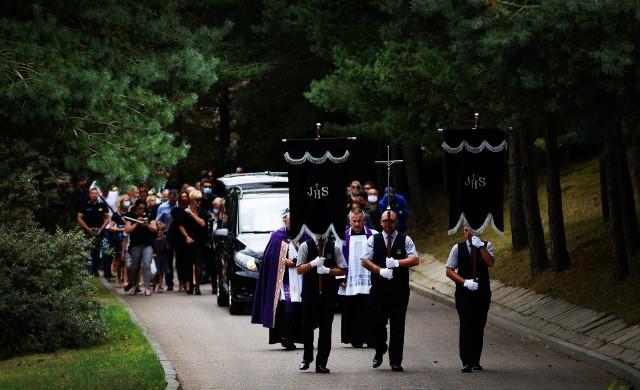 Mateusz Tuczyński miał 27 lat, od wielu lat był związany z gdyńską Arką. Pogrzeb odbył się 28 lipca na Cmentarzu Komunalnym w Kosakowie