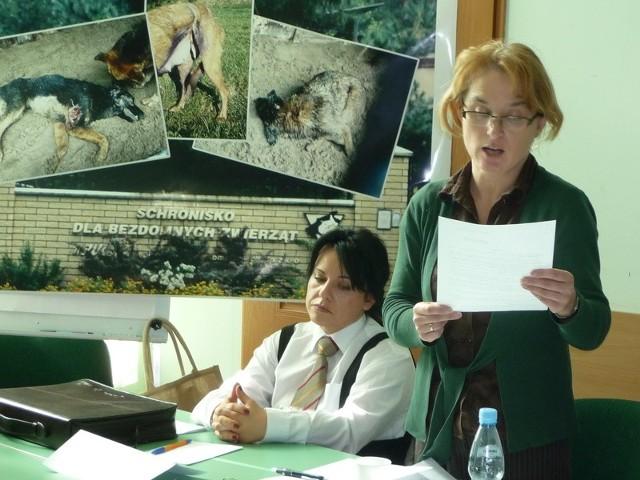 Ewa Banasik ze Świętokrzyskiego Towarzystwa Opieki nad Zwierzętami (na zdjęciu z prawej strony), która jest autorką drastycznego zdjęcia w kieleckim schronisku, podkreślała, że naruszana jest w tej placówce ustawa o ochronie praw zwierząt.