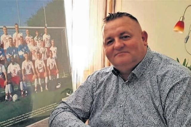 Andrzej Staszewski (rocznik 1973) zna wyśmienicie piłkę nożną i cieszy się nią każdego dnia
