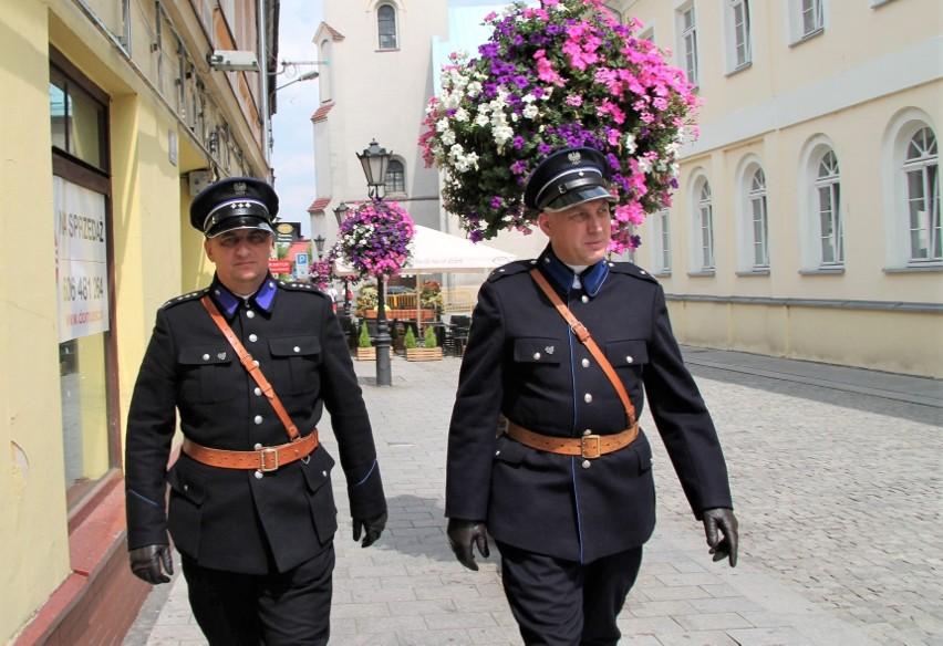 Członkowie Grupy Rekonstrukcji Historycznej Posterunek Policji Państwowej w Oświęcimiu w przedwojennych mundurach na ulicach Starego Miasta
