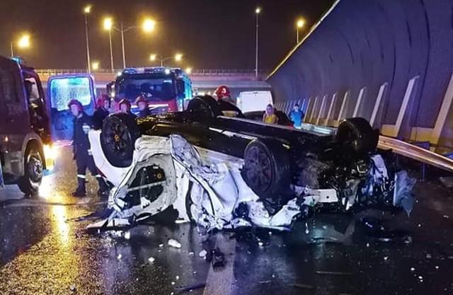 Wypadek na AOW w pobliżu węzła lotnisko. Samochód dachował