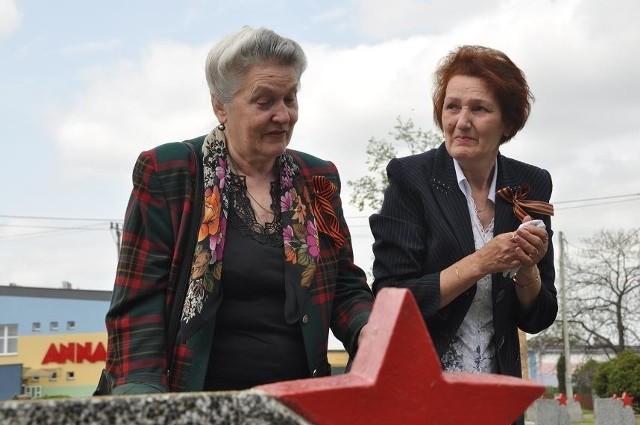 Dina i Raisa, córki żołnierza Armii Czerwonej, który spoczywa na Cmentarzu Wojennym w Bielsku Podlaskim odwiedziły grób swego ojca