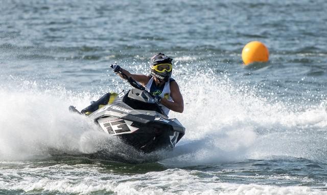 Motorówki i skutery wodne są bardzo głośne i przeszkadzają ludziom, którzy chcą wypocząć nad Jeziorem Żywieckim.