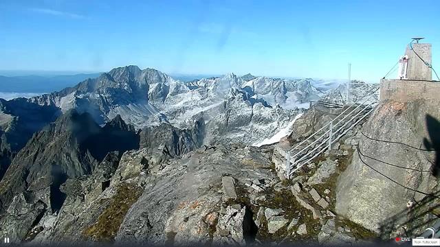 Łomnicki Szczyt w Tatrach Słowackich - ze szczytu widać ośnieżone górskie szczyty