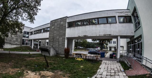 Do tragedii na Uniwersytecie Technologiczno-Przyrodniczym w Bydgoszczy doszło w nocy z 14 na 15 października, kiedy to nagle w wąskim korytarzu wybuchła panika. Nie żyją dwie osoby.
