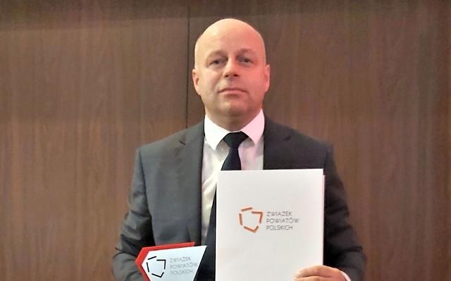 Starosta niżański Robert Bednarz ze statuetką i dyplomem dla najlepszego polskiego powiatu od Związku Powiatów