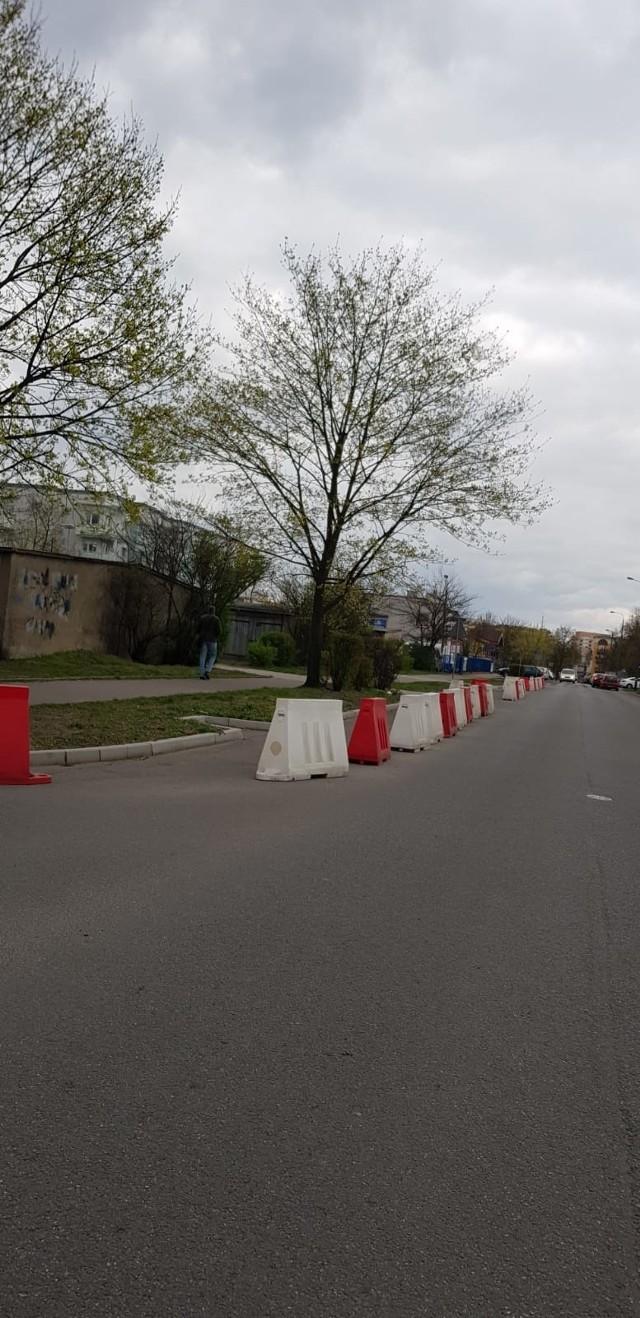 Zdjęcia barier na ul. Dwernickiego, wykonane przez naszego Czytelnika.