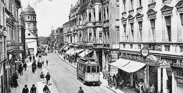 """W latach 30. XX w. na parterze hotelu """"De Rome"""" mieściła się restauracja hotelowa z kawiarnią i cukiernią, ekspozytura banku i ekskluzywny magazyn odzieżowy dla kobiet firmy """"St. Jurkowska""""."""