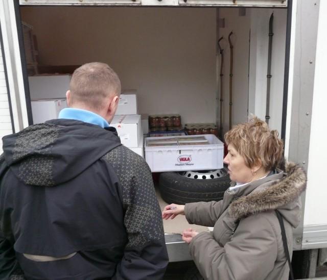 – Nie można w tym samym miejscu przewozić żywności i części do samochodu – tłumaczyła kierowcy Wanda Janiszewska ze stargardzkiego sanepidu.