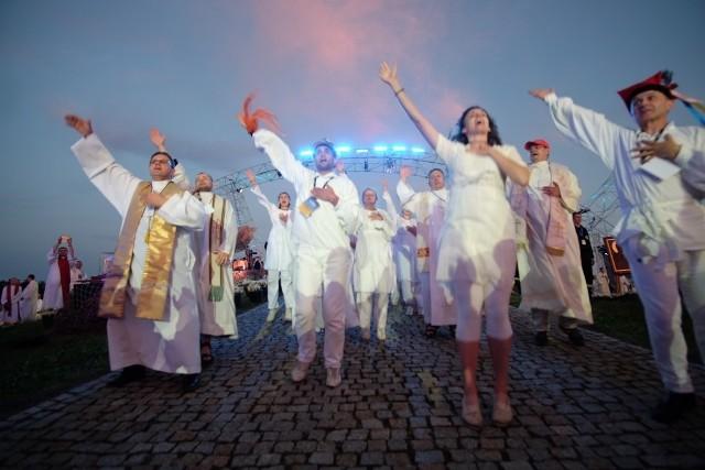 Lednica 2016: Tysiące młodych modli się przed Bramą-Rybą