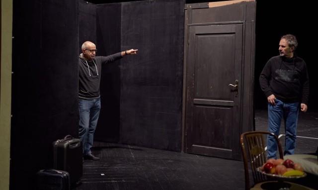Reżyserem sztuki będzie Krzysztof Dracz (z lewej), a w roli męża wystąpi Jarosław Rabenda (z prawej).