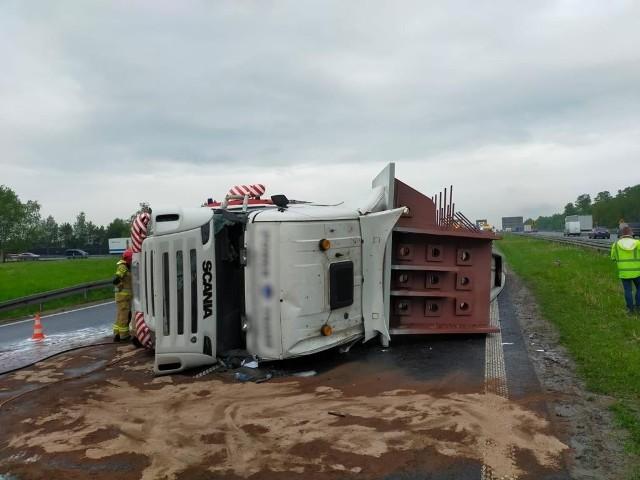 Najpierw na A4 w kierunku Krakowa wywróciła się ciężarówka z naczepą. Niedługo potem zderzyły się trzy samochody ciężarowe. Autostrada A4 w kierunku Krakowa całkowicie zablokowana