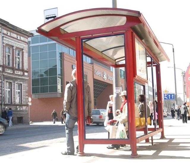 Przystanek bez szyb przy ulicy Tuwima w Słupsku.