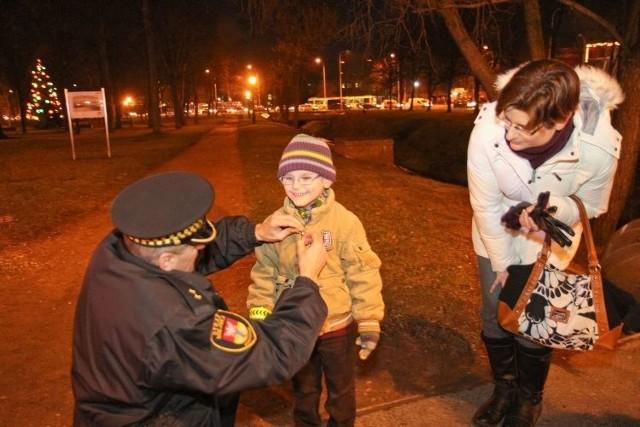 Jednym z obdarowanych był 5-letni Mateusz Borysowicz (na zdjęciu), który wraz z mamą Magdaleną spotkał funkcjonariuszy niedaleko ronda Lussy.