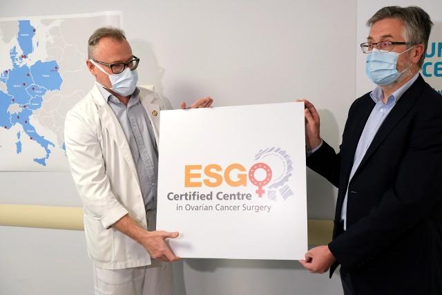 Dr hab. Paweł Knapp, szef UCO i  dr hab. Jan Kochanowicz, p.o. dyrektor USK chwalą się certyfikatem