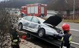 DK 28. Citroen na barierkach. Volkswagen w rowie. Strażacy w akcji