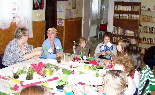 Paniom z Niechorza bardzo podobają się zajęcia i chętnie uczą się robić kwiaty z krepy