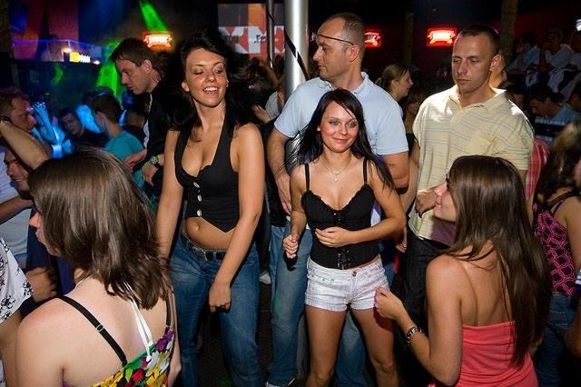 Jak bawili się turyści w Mielnie w 2009 roku? Sprawdźcie to na naszych archiwalnych zdjęciach z klubu Bajka!