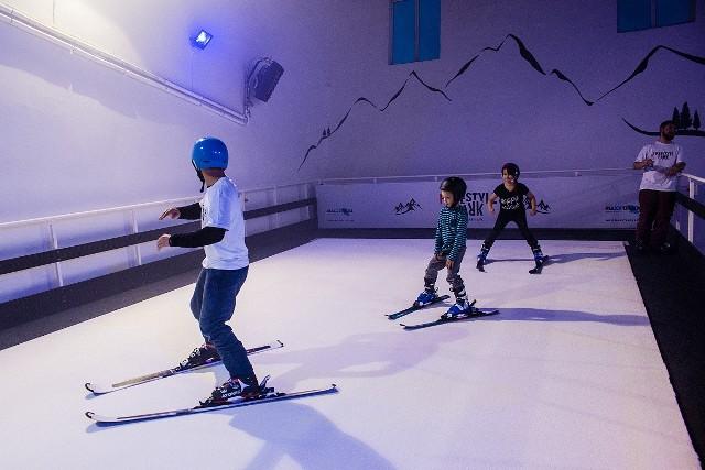 We Wrocławiu wkrótce zacznie działać sztuczny stok narciarski - pierwszy tego typu na Dolnym Śląsku. Dzięki Ski Arena Wrocław, żeby przygotować się do sezonu, popracować nad techniką czy po prostu pojeździć sobie na nartach, nie trzeba będzie już jechać w góry i liczyć na dobre warunki śniegowe i pogodowe. Wystarczy pojechać na Muchobór Wielki, gdzie już w pierwszej połowie grudnia będzie działać nowa hala ze sztucznym stokiem narciarskim.