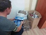 Policjanci ze Skierniewic zabezpieczyli ponad 12 tysięcy papierosów i 16 kilogramów tytoniu bez akcyzy. Akcyza wyniosłaby 24 tysiące złotych