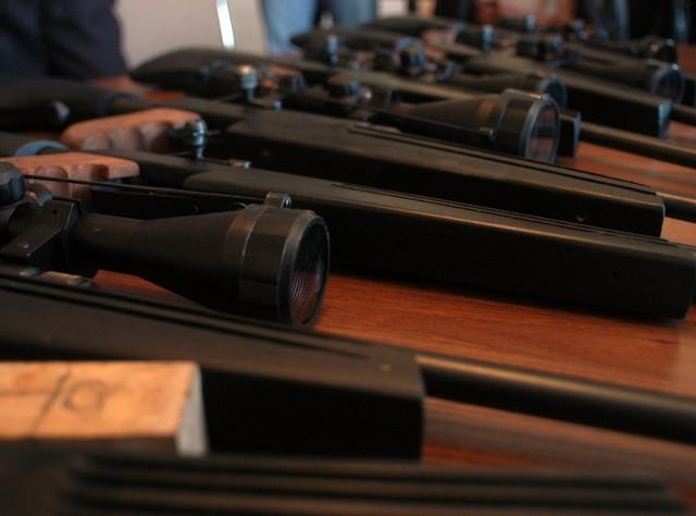Przerabiali wiatrówkiKrośnienscy policjanci zabezpieczyli 6 kompletnych karabinków z celownikami optycznymi, elementy do ich produkcji oraz ponad 1300 sztuk amunicji. Bron wytwarzana byla domowym sposobem.