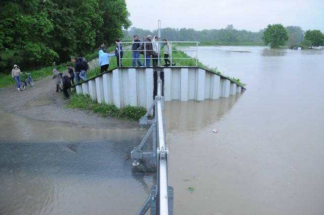 18 maja 2010. Mieszkańcy Koźla z niepokojem patrzą na wzbierającą wodę przy ul. Raciborskiej.