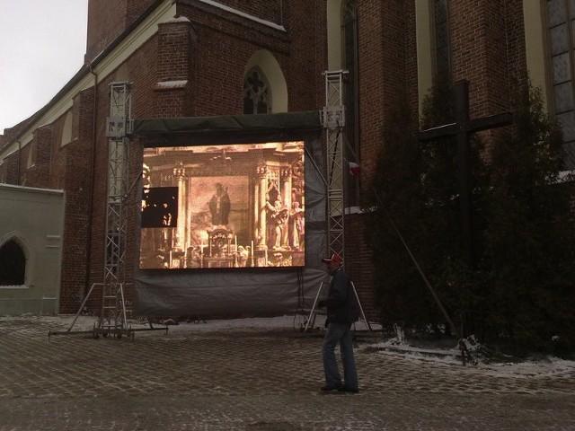 Przed bazyliką ustawiono telebim, na którym będzie transmitowana Msza Św.