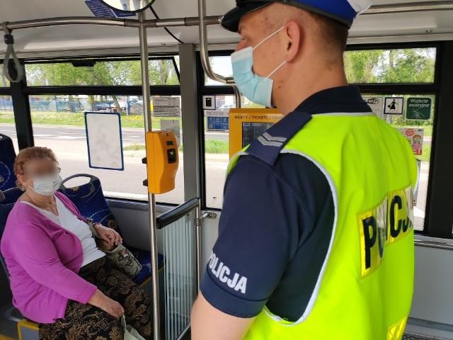 Pomimo zniesienia obowiązku noszenia maseczek na świeżym powietrzu wciąż funkcjonują przepisy nakazujące zakrywanie twarzy w innych miejscach m.in. w sklepach i komunikacji miejskiej. Nadal należy zachowywać dystans społeczny (co najmniej 1,5 m). Policjanci sprawdzają, czy mieszkańcy Kujaw i Pomorza stosują się do wytycznych. Apelują też o rozważne zachowanie, bo pandemia wciąż trwa