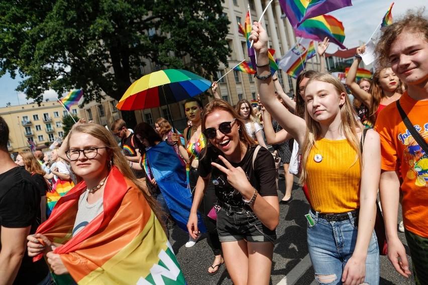 """Marsz Równości w Rzeszowie. Radn iPiS zażądali uchwalenia stanowiska sprzeciwiającego się próbom nachalnego narzucania przez środowiska LGBT ideologi podważającej fundamentalne znaczenie wartości kultury i rodziny w społeczeństwie"""". Bezskutecznie."""