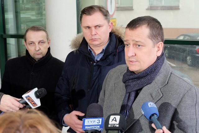 Zdaniem Pawła Myszkowskiego (pierwszy od prawej) można bez problemu połączyć referendum z konsultacjami społecznymi w sprawie lokalizacji lotniska