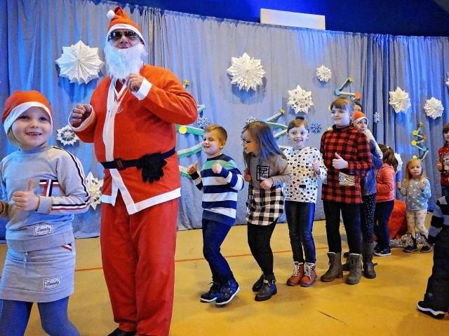 Na spotkanie z Mikołajem zostały zaproszone wszystkie dzieci z terenu gminy Daleszyce. Poprowadził je Teatr Zbożowy Fundacji Studio TM z Kielc.