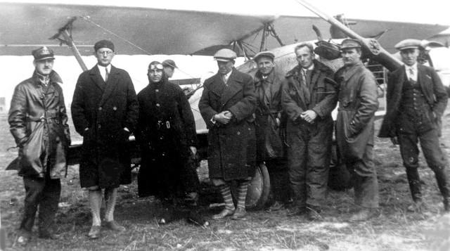 Wizyta pilotów czechosłowackich w LKL. Od lewej: kpt. Gruberski, prezes T. Gumowski, W. Sulczewski (piąty) i goście przy samolocie DUS-III