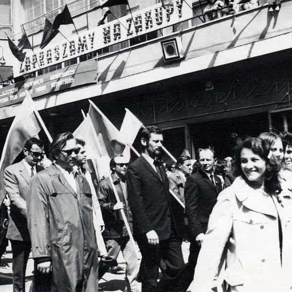 Pierwszomajowe pochody maszerowały z Rynku na plac Zwycięstwa, przed Domem Handlowym Społem.