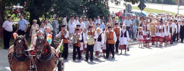 Tradycją dożynek w Mircu jest barwny korowód dożynkowy, rozpoczynający uroczystość