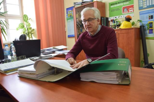 Krzysztof  Kluza pokazuje teczki wypełnione uwagami, które nadesłali mieszkańcy. Drugie tyle wniosków napłynęło przez e-mail