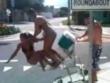 Tym się kończy jazda na wózku sklepowym (wideo)