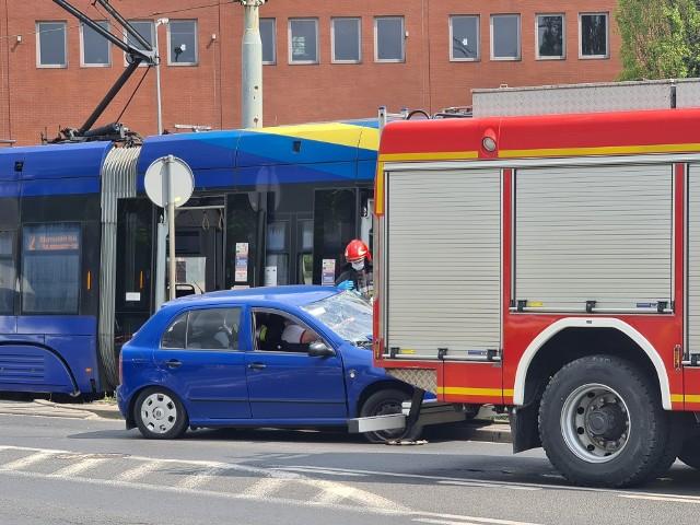 Toruń. Kolizja samochodu z tramwajem. Utrudnienia w kursowaniu MZK
