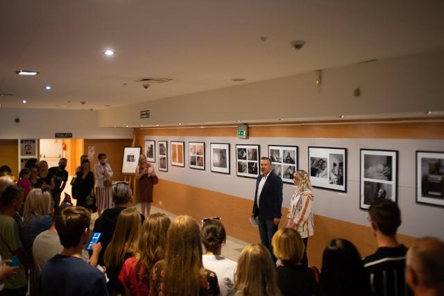 Na piątkowy wernisaż wystawy Alicji w Galerii Fotografii Stylowy przybyło wiele osób