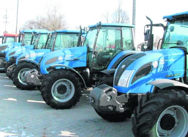 Rolnicy kupują mniej ciągników, czekają na unijne programySprzedaż ciągników rolniczych systematycznie spada od lipca – gospodarze czekają na unijne fundusze