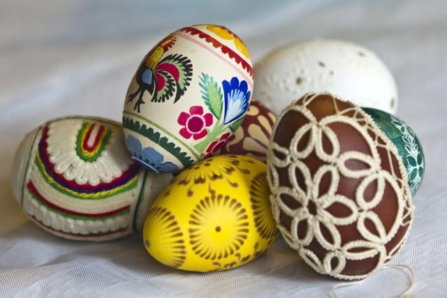 Dziś (w sobotę, 17 marca) w godz. 11.00-14.00 w amfiteatrze przed Spichrzami nad Brdą (ul. Grodzka 7-11) Muzeum Okręgowe w Bydgoszczy zaprasza na wielkanocny jarmark, na którym można kupić regionalne ozdoby, m.in.: jajka ozdobione różnymi technikami, świąteczne kartki, koszyczki wiklinowe, wyroby z wełny wiklinowej, rzeźby. Natomiast na warsztatach (bez zapisów) można nauczyć się robić kurczaczki, zajączki, lukrowane ciastka w kształcie króliczków i jajek.