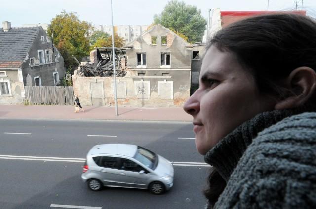 ruinaMonika Konieczna codziennie widzi ruinę przy Sulechowskiej ze swego mieszkania. - Z tym budynkiem trzeba zrobić porządek - uważa.