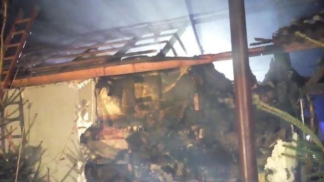 Do groźnego pożaru doszło w niewielkiej miejscowości Kwiatkowice (powiat Bogdaniec). Zapalił się budynek mieszkalny. Na miejsce skierowano siedem zastępów strażaków.Wśród strażaków, którzy walczyli z ogniem, byli również członkowie OSP Bogdaniec. To dzięki ich uprzejmości mamy zdjęcia z tego pożaru. Niestety, mimo szybkiej akcji, budynek spłonął. Na szczęście obeszło się bez osób poszkodowanych.Zobacz też powiązane tematycznie wideo:Zobacz też:  Pożar wybuchł, gdy spali. Uciekali boso, w pidżamach