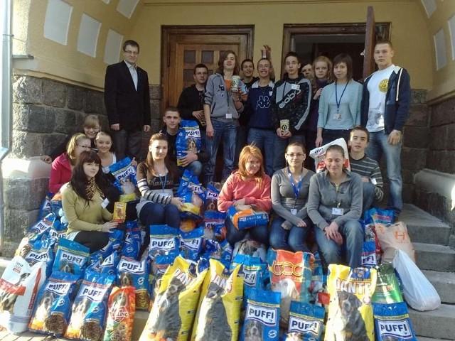 Licealiści z klasy I A ładują żywność dla zwierzaków.