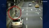 Kali, Kolumbia. Zobacz, jak rowerzyści przejeżdżają przez tunel (wideo)